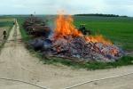 1/4 des Holzhaufens brennt