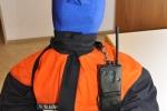 Funkgerät mit Tasche und Gurt an der Schulter