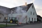 Traktor brennt am Gebäude