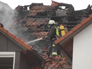 Nachlöscharbeiten am Dachstuhl